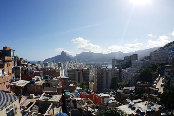 Wie leben die armen Bewohner in der Favela Complexo da Maré?